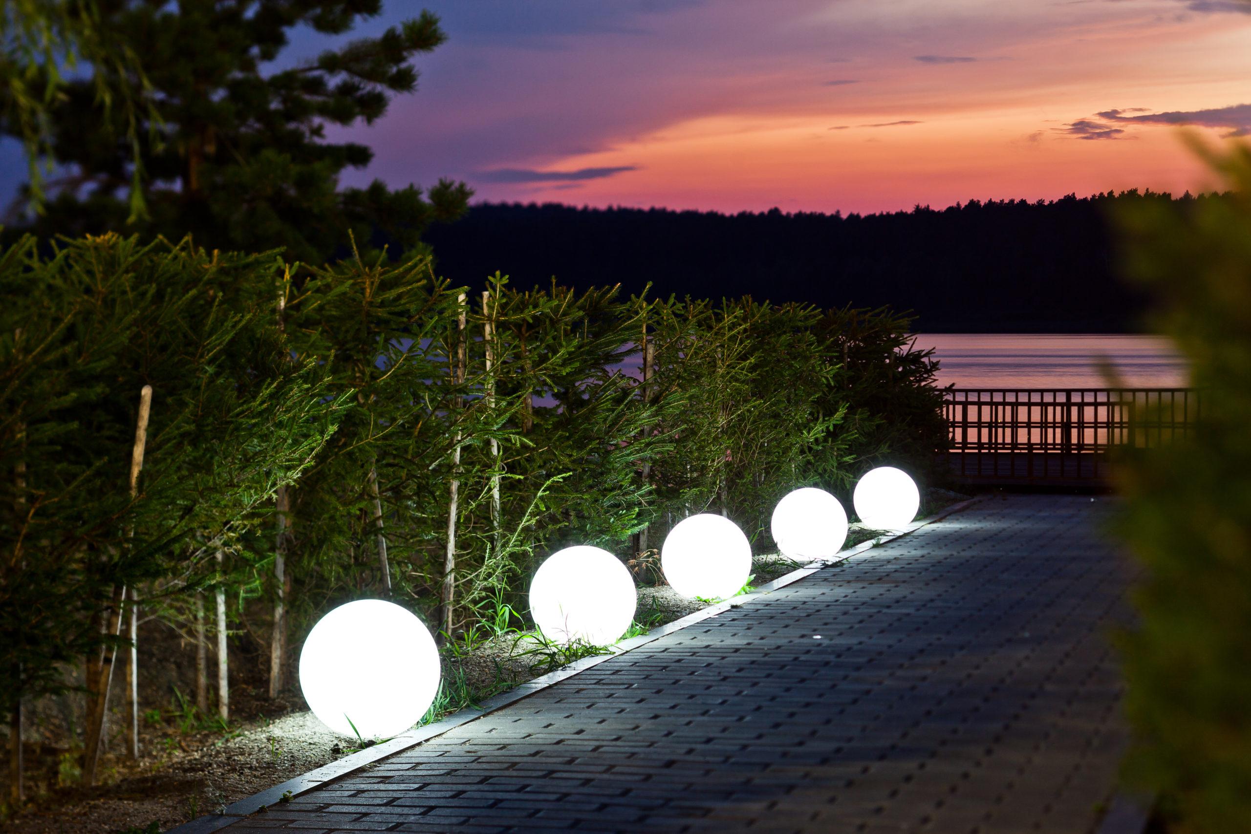 Светящиеся шары в ландшафте