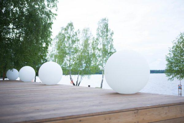 Белые световые мячи на площадке