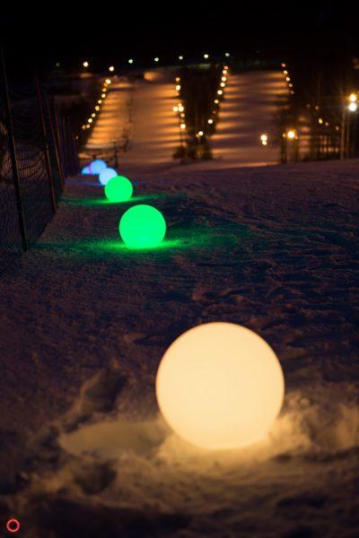 Цветные световые мячи на снегу