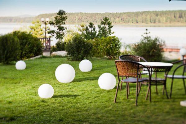 Световые мячи на придомовой территории