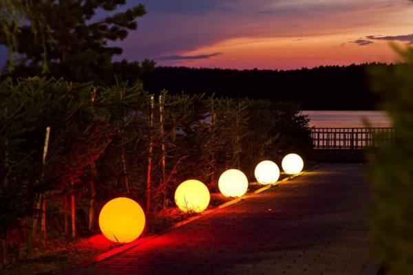 Разноцветные светящиеся мячи на дорожке