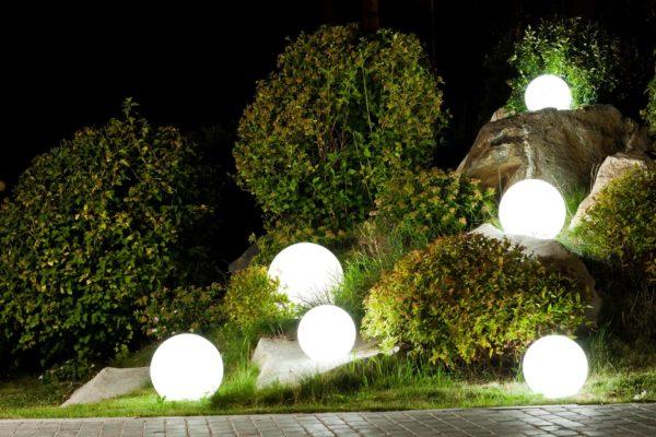 Светящиеся мячи в альпийской горке