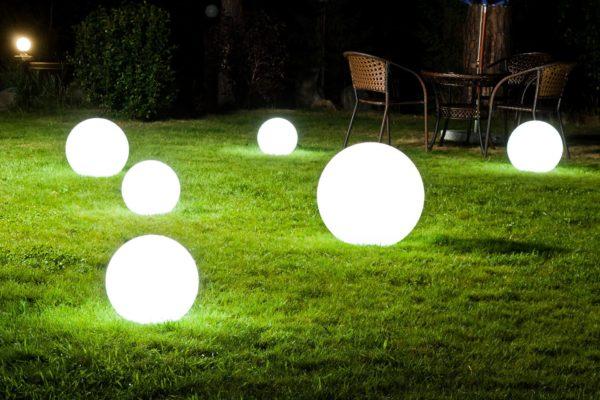 Светящиеся шары на газоне