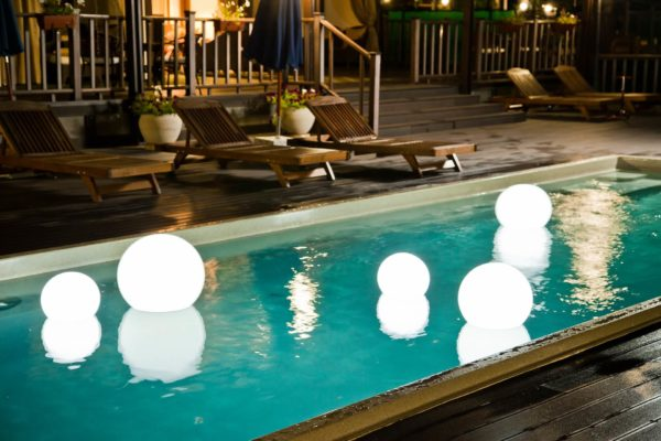 Светящиеся мячи в бассейне