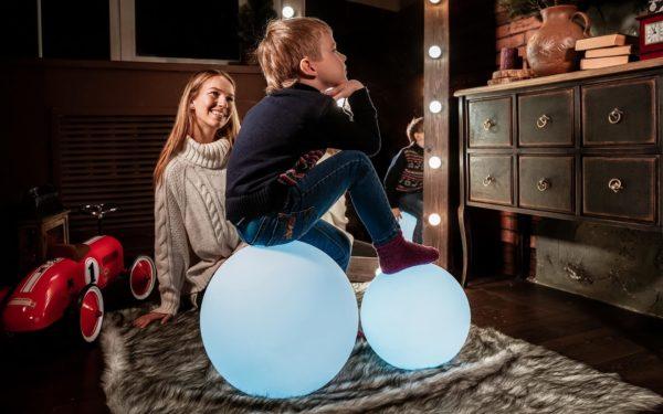 Светящиеся мячи в интерьере детской