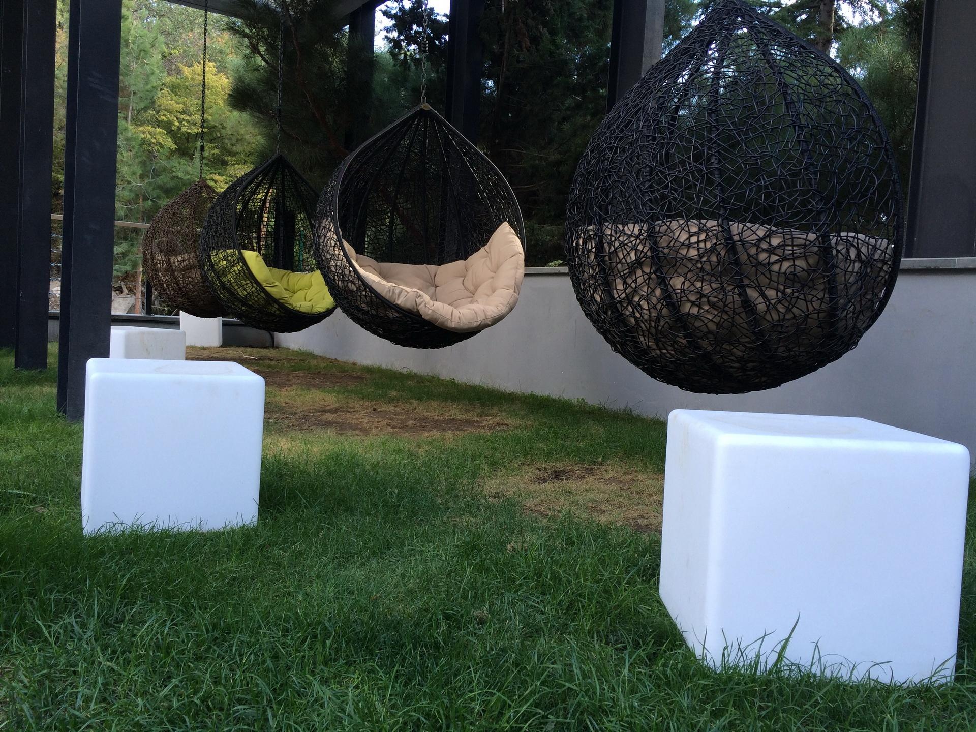 Световые кубы с гамаками в парке