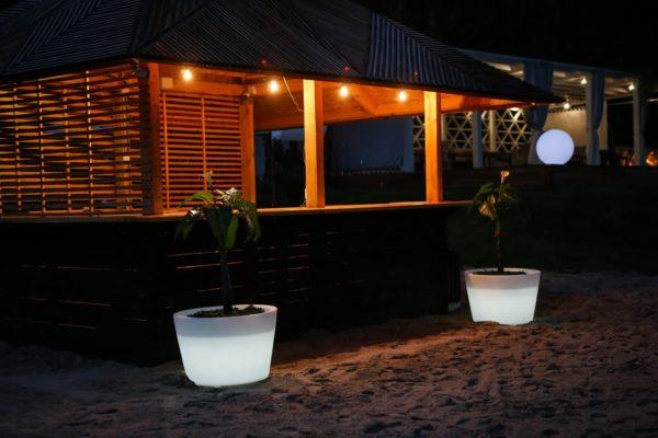 Световые кашпо ночью у бассейна