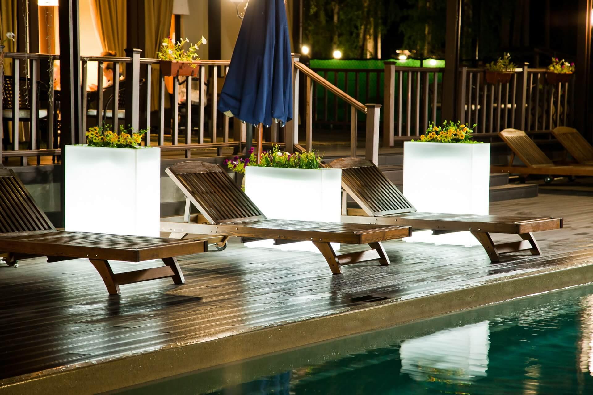 Световые кашпо прямоугольные у бассейна