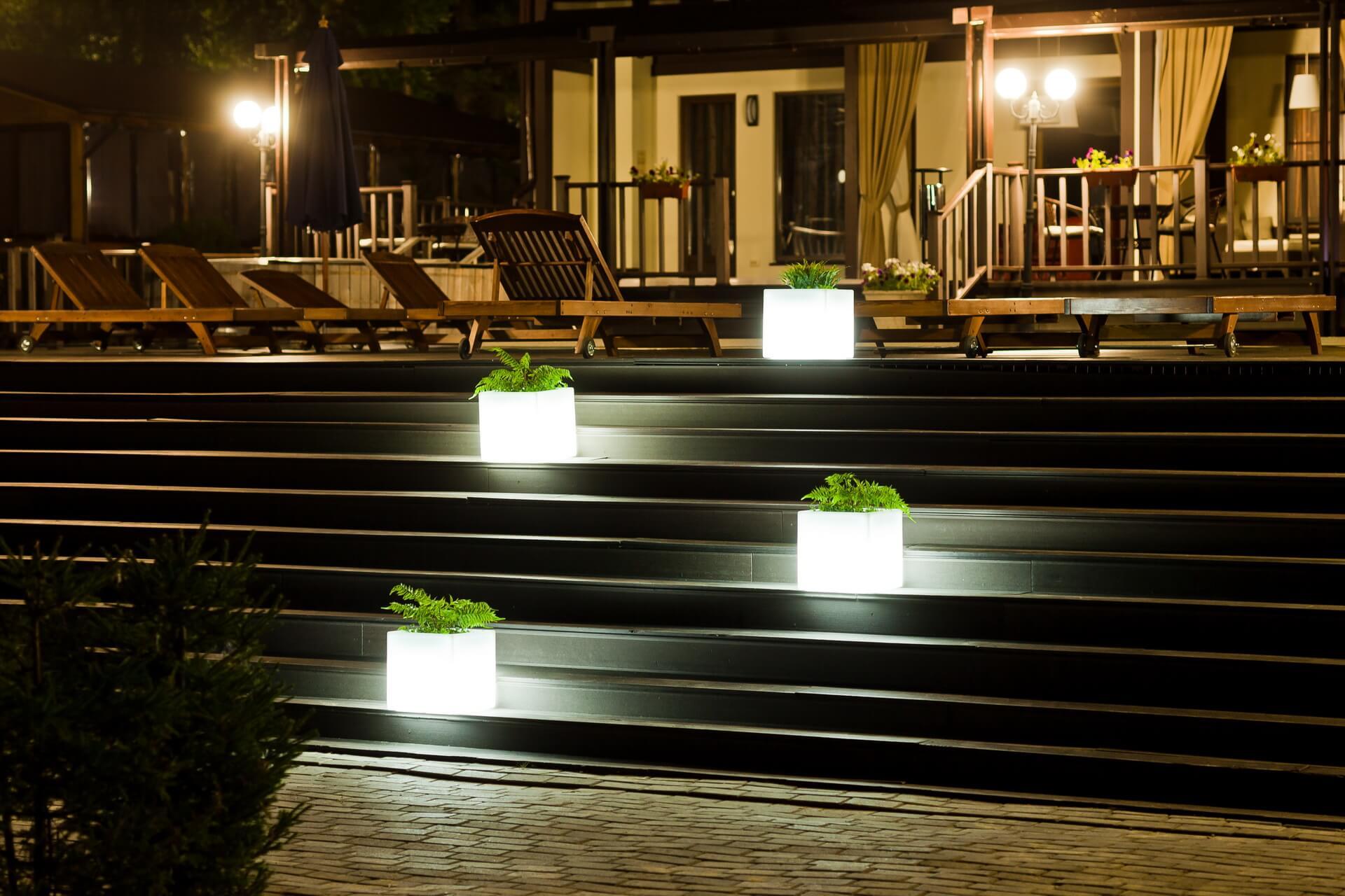Световые кашло на лестнице отеля