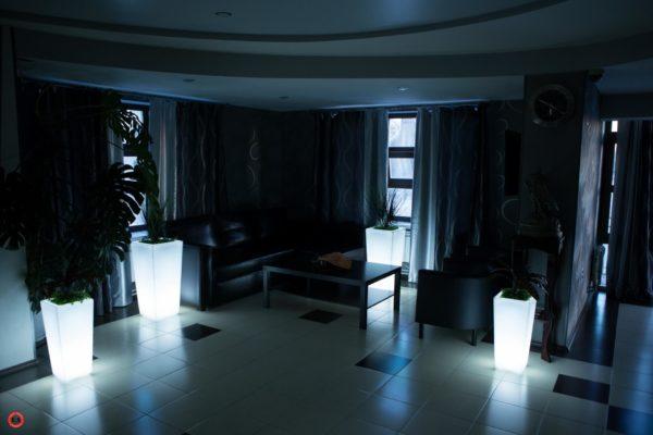 Световые кашпо в холле гостиницы
