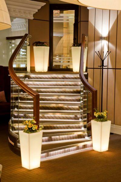 Светящиеся вазы у лестницы