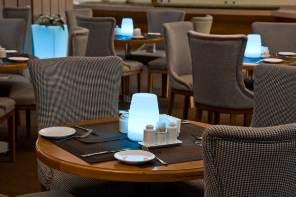 Световой светильник на столе в кафе