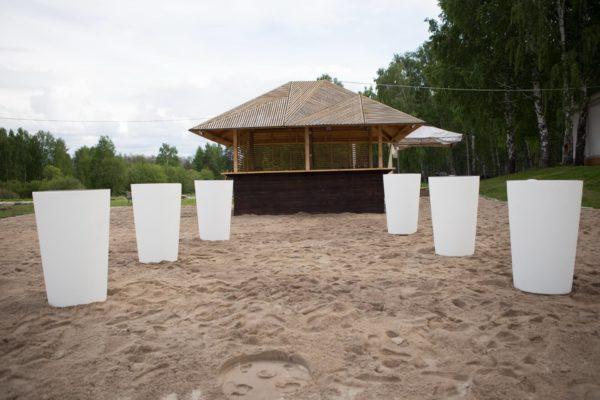 Световые столы белые на пляже