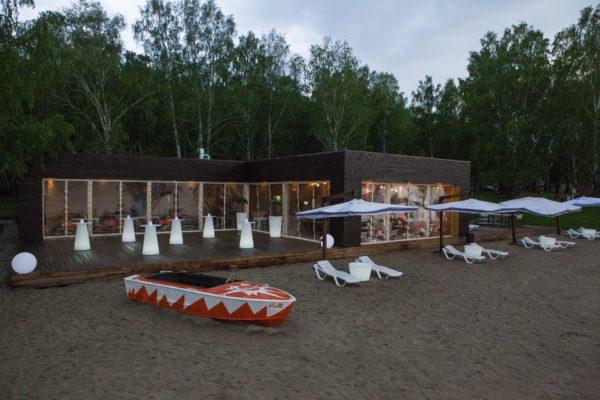 Световые столы на пляже