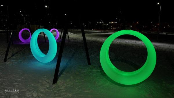 Цветные качели Ring ночью в парке