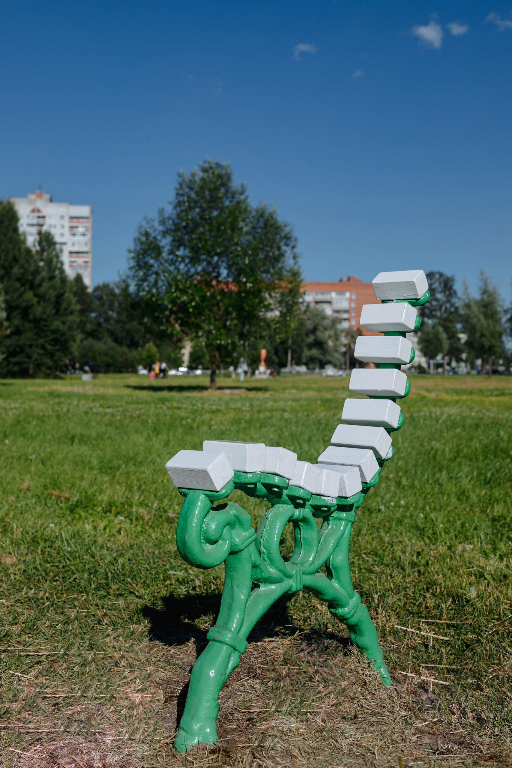 узкая скамейка в саду Бенуа