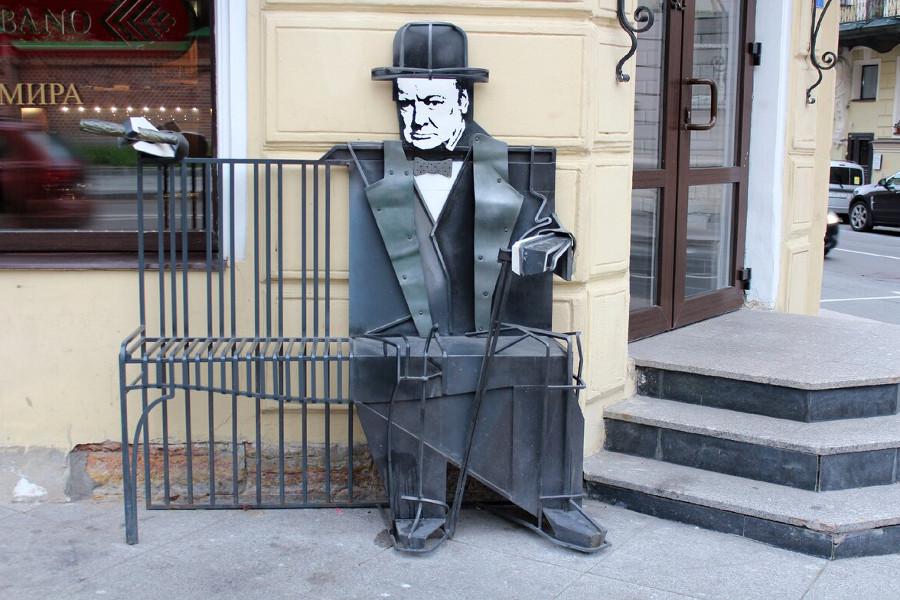 Скамейка с Черчилем