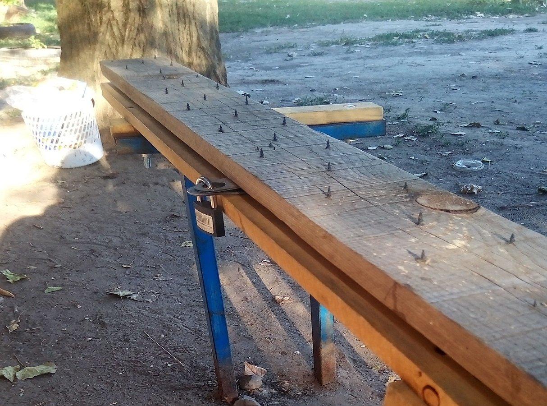 скамейка с шипами